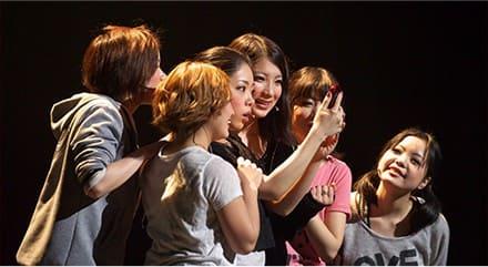 6.芸能専門学校の東京ステップスアーツは芸能界とのネットワークにより多くの業界関係者が発表会、普段のレッスン見学や学内オーディションに訪れます。俳優になるために必要な専門的な2年間のレッスンを受けて、俳優としての芸能界デビューチャンスをつかみましょう