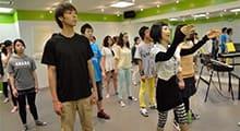 1.ダンス専門学校でダンスとヴォーカルの基礎を学ぶ