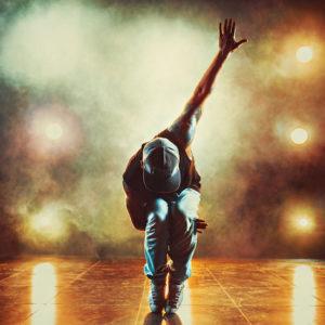キレのあるダンスをする男性