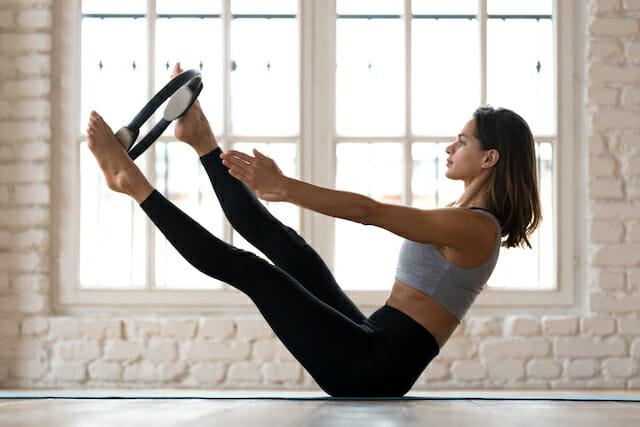 体幹を鍛える女性